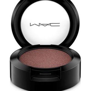 MAC veluxe eye shadow in twinks